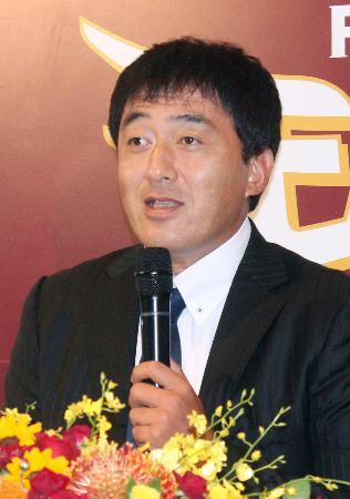 GM就任の記者会見で質問に答える石井一久氏=27日、楽天生命パーク