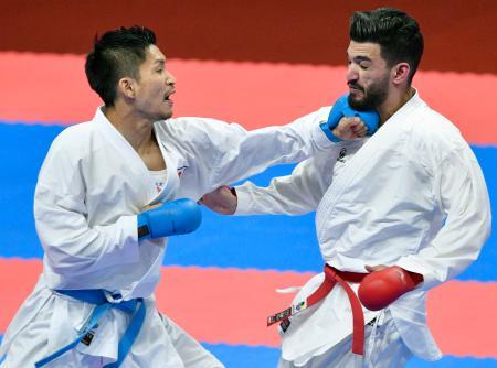 男子組手84キロ級決勝 クウェート選手(右)を破って金メダルを獲得した荒賀龍太郎=ジャカルタ(共同)
