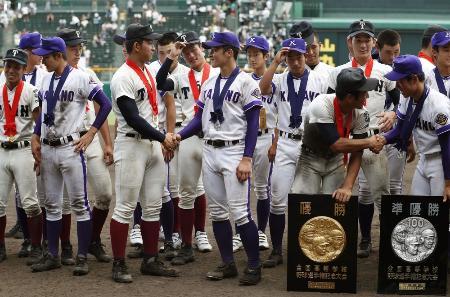 決勝で対戦した両校の記念撮影で握手を交わす大阪桐蔭・柿木(前列左から3人目)と金足農・吉田(同4人目)ら=21日、甲子園球場