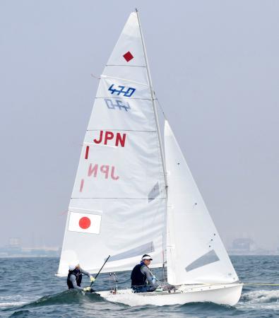 女子470級 レースを終えた吉田(左)、吉岡組=ジャカルタ(共同)