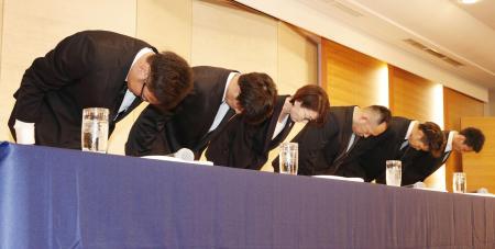 記者会見で謝罪する(左から)永吉佑也、橋本拓哉、(2人おいて)佐藤卓磨、今村佳太の4選手=20日、東京都内のホテル