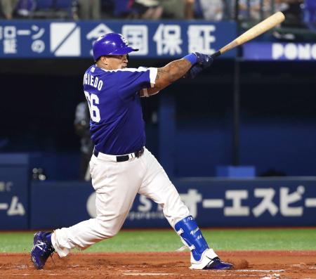 7回中日1死、ビシエドが右越え安打を放つ。この試合3安打目で月間46安打のセ・リーグ記録に並んだ=横浜