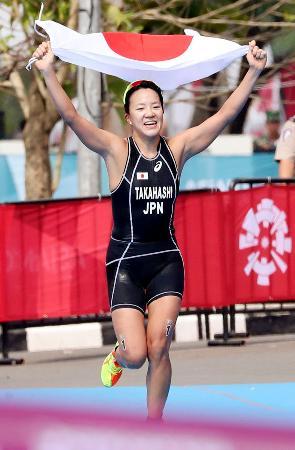 トライアスロン女子でゴールへ向かう高橋侑子。金メダルを獲得した=パレンバン(共同)