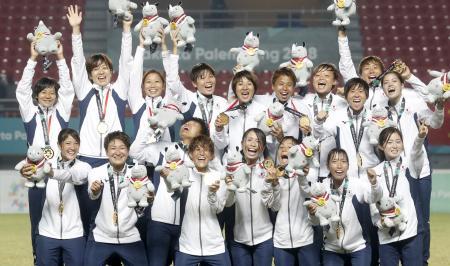 ジャカルタ・アジア大会のサッカー女子で金メダルを獲得し喜ぶ「なでしこジャパン」=31日、パレンバン(共同)