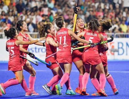 日本―インド 第3クオーター、ゴールを決め喜ぶ河村(右から3人目)ら=ジャカルタ(共同)