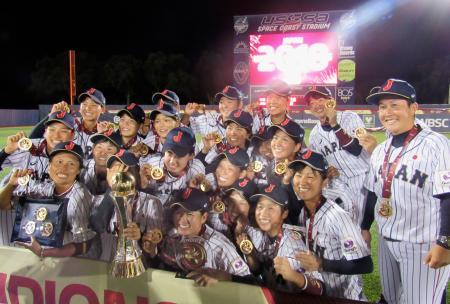 女子野球W杯で6連覇を達成し、メダルを掲げ喜ぶ日本代表=ビエラ(共同)