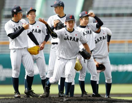 投内連係の練習をする吉田(手前)ら高校日本代表の投手陣=サンマリン宮崎