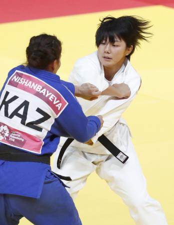 混合団体決勝 カザフスタン選手(左)を破った舟久保遥香=ジャカルタ(共同)
