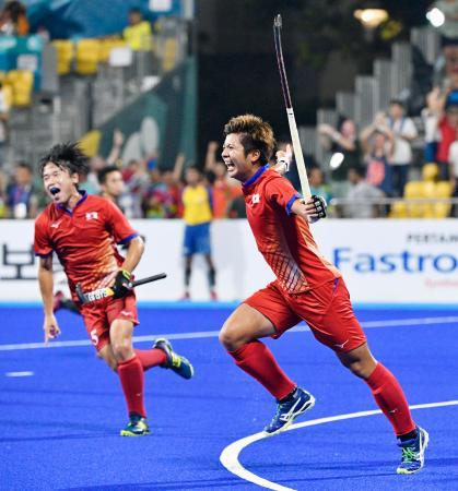 日本―マレーシア 第4クオーター、同点となる6点目のゴールを決め喜ぶ落合(右)=ジャカルタ(共同)