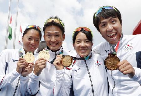 トライアスロンの混合リレーで金メダルを獲得した(左から)佐藤優香、古谷純平、高橋侑子、細田雄一=パレンバン(共同)