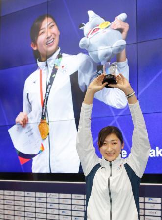 ジャカルタ・アジア大会のMVPに選ばれ、笑顔でトロフィーを掲げる競泳の池江璃花子。日本勢最多の6冠を達成した=2日、ジャカルタ(共同)