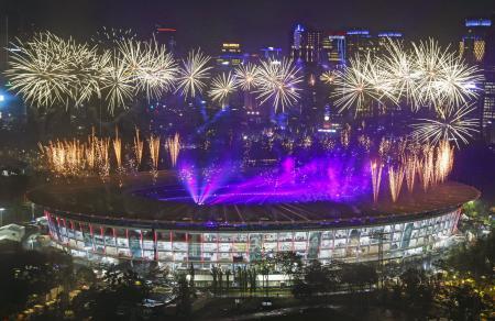ジャカルタ・アジア大会の閉会式会場で打ち上げられた花火=2日(共同)