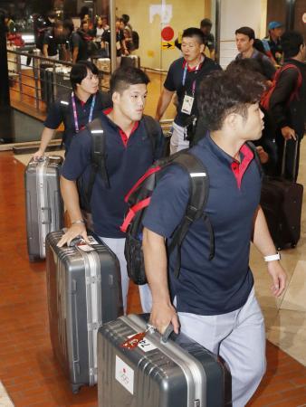 ジャカルタの空港から帰国の途につく柔道の大野将平選手(手前から2人目)ら=3日(共同)