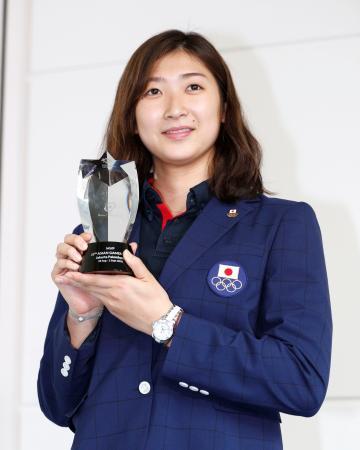 ジャカルタ・アジア大会から帰国し、MVPのトロフィーを手にする競泳女子の池江璃花子選手=3日午後、羽田空港