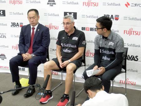 記者会見するバスケットボール男子日本代表のラマス監督(中央)と東野技術委員長(左)=3日、東京都北区の味の素ナショナルトレーニングセンター