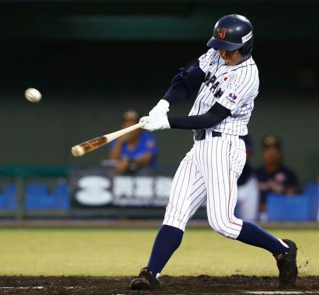 香港戦の2回、根尾が右越えに本塁打を放つ=サンマリン宮崎