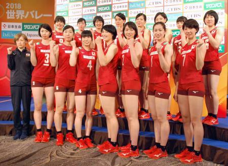 記者会見でポーズをとるバレーボール女子日本代表の中田久美監督(左端)と選手ら=3日、東京都千代田区