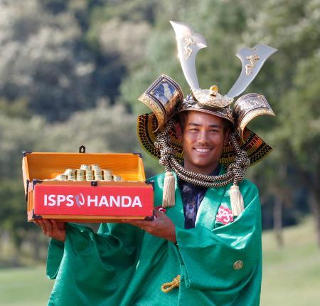 ツアー初優勝し笑顔のタンヤゴーン・クロンパ=鳩山CC
