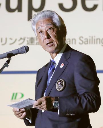 セーリングのW杯江の島大会の開会式で、あいさつする日本連盟の河野博文会長=9日午後、神奈川県藤沢市
