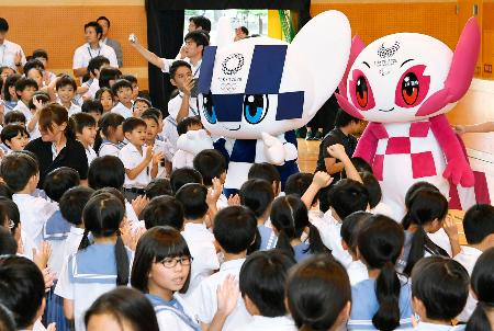 児童たちと交流する2020東京五輪・パラリンピック大会公式マスコットの「ミライトワ」(左)と「ソメイティ」=10日午前、福岡市中央区の福岡教育大付属福岡小