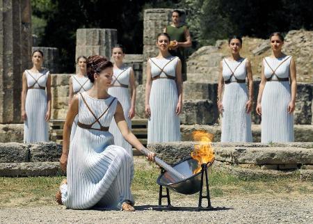 2016年4月、リオデジャネイロ五輪へ向けて行われたギリシャのオリンピア遺跡での聖火採火式。(ロイター=共同)