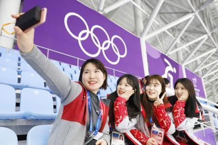 スピードスケート会場で記念撮影する平昌五輪のボランティアの女性たち=2月、韓国・江陵(共同)