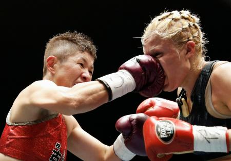 6回、イルマ・サンチェス(右)を攻める藤岡奈穂子=後楽園ホール