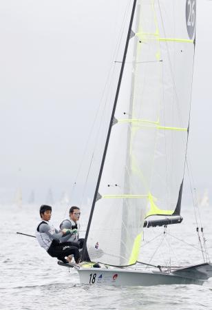 男子49er級の最終レースに出場した高橋(右)、小泉組。総合10位で大会を終えた=神奈川県江の島沖