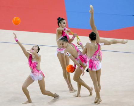 団体総合 日本のボール・ロープの演技=ソフィア(共同)