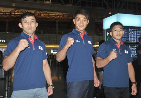 羽田空港で取材に応じ、ポーズをとる柔道男子の(左から)高藤直寿、阿部一二三、永山竜樹=15日夜