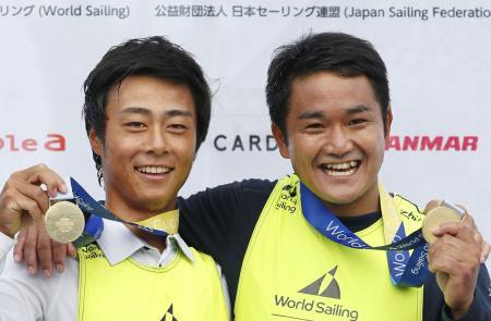 男子470級で優勝し笑顔の岡田(左)、外薗組=神奈川県江の島