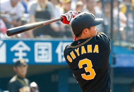 3回阪神2死一塁、大山が左越えに1イニング2本塁打目となる2ランを放つ=横浜