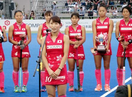 ホッケーの女子4カ国いばらき国際大会で優勝し、観客にあいさつする日本の清水主将=大阪府茨木市