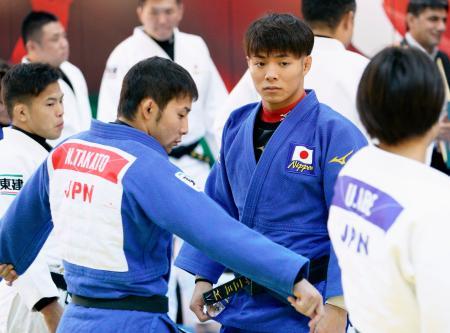 練習に臨む男子66キロ級の阿部一二三。左手前は同60キロ級の高藤直寿=18日、バクー(共同)