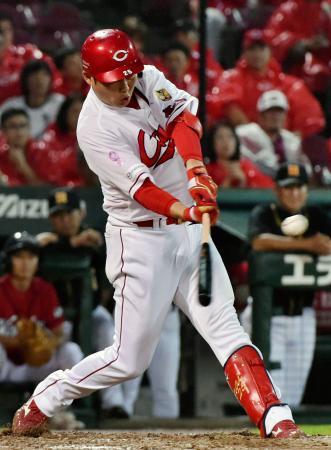 8回広島1死二塁、新井が右翼に適時三塁打を放つ=マツダ
