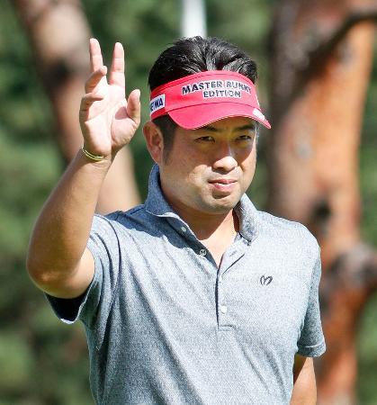第3日、13番でバーディーを決め、声援に応える池田勇太。通算12アンダーで首位=武蔵CC笹井