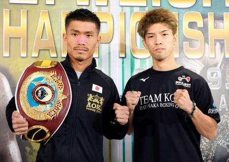 WBOフライ級タイトルマッチの調印式を終え、ポーズをとる木村翔(左)と田中恒成=23日、名古屋市