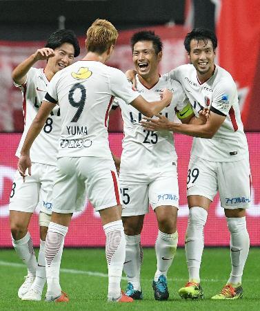 札幌―鹿島 前半、先制ゴールを決め、祝福される鹿島・遠藤(右から2人目)=札幌ドーム