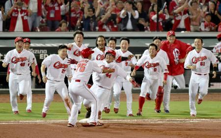 9回、代打でサヨナラ打を放った松山(中央)と喜ぶ広島ナイン=マツダ