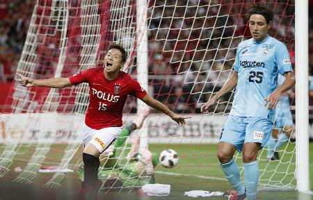 浦和―神戸 後半、4点目のゴールを決め、喜ぶ浦和・長沢(左)=埼玉スタジアム