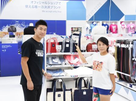 「東京2020オフィシャルショップ」のオープニングイベントに参加した陸上男子の桐生祥秀選手(左)ら=28日午前、東京都豊島区