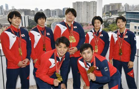 柔道世界選手権を終え、獲得したメダルを胸に記念写真に納まる(前列左から)阿部一二三、高藤直寿、(後列左から)新井千鶴、浜田尚里、朝比奈沙羅、芳田司、阿部詩=28日、バクー(共同)