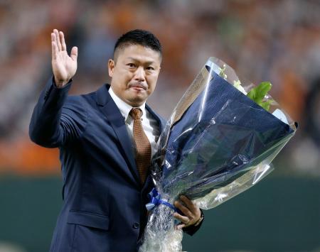 セレモニーで、花束を手に声援に応える村田修一内野手=東京ドーム