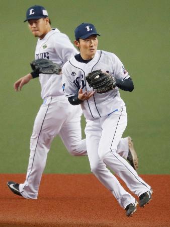 遊撃手のシーズン最多補殺のプロ野球記録を更新した西武・源田(右)=メットライフドーム
