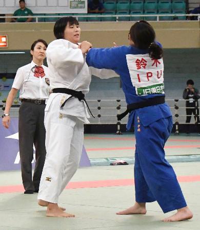 女子78キロ級決勝 組み手を争う泉真生(左)。2連覇を果たした=日本武道館