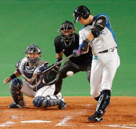 5回日本ハム無死一塁、大田が左翼線に適時二塁打を放つ。捕手森=札幌ドーム