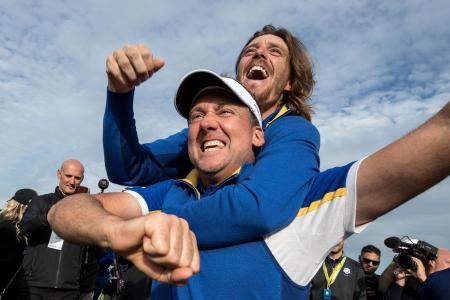 ゴルフの対抗戦、ライダーカップで米国代表を破り、喜ぶ欧州代表のイアン・ポールター(下)とトミー・フリートウッド=30日、パリ(ゲッティ=共同)