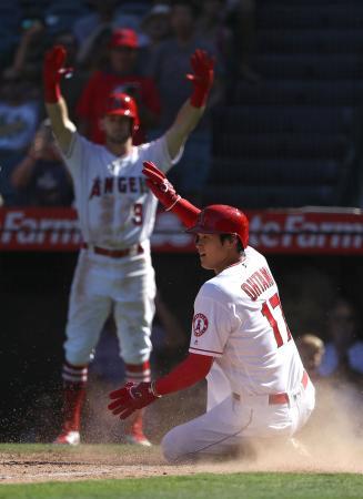 アスレチックス戦の九回、本塁に滑り込むエンゼルスの大谷翔平=30日、アナハイム(ゲッティ=共同)