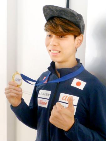 帰国し、金メダルを見せる男子ボルダリングの原田海=2日、羽田空港