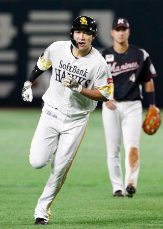 6回、本塁打を放ち塁を回るソフトバンク・柳田。自身初の35本塁打と100打点を達成した=ヤフオクドーム
